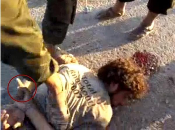 تنظيم الدولة يذبح رجلا  يقول لااله الا الله Bu9fxrdIgAAnOIx