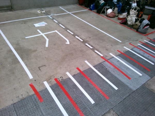西ホール荷物置き場に加賀さんの飛行甲板が! #c86 #cmkpre http://t.co/pKuErTgepJ
