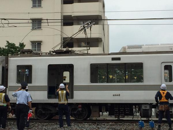 竹ノ塚駅で架線事故。パンタグラフが壊れ、電線も切れている。復旧に時間がかかりそうだ。#竹ノ塚 #竹ノ塚駅 #鉄道トラブル pic.twitter.com/jW5XpQkoHN