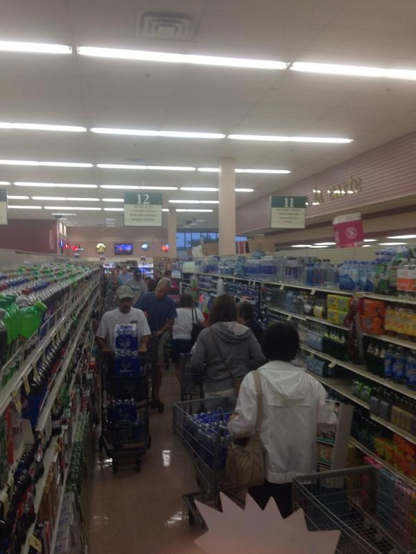 """Do not drink or boil"""" water warning for Toledo area. Groceries filled. http://t.co/RWHn6fssRD http://t.co/h02i6DgU1Y 