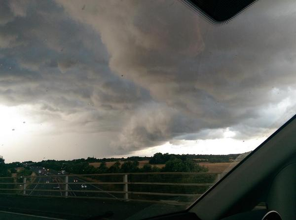 Some interesting looking clouds along the M40 @MetMattTaylor thought we saw lightning too. http://t.co/9lli9avIKm