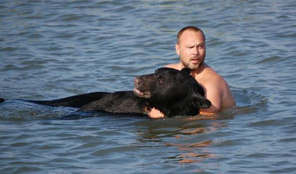 The American biologist @adam_warwick who saved a black #bear from drowning http://t.co/VKKoh7h63F http://t.co/cEmzfkjFI0