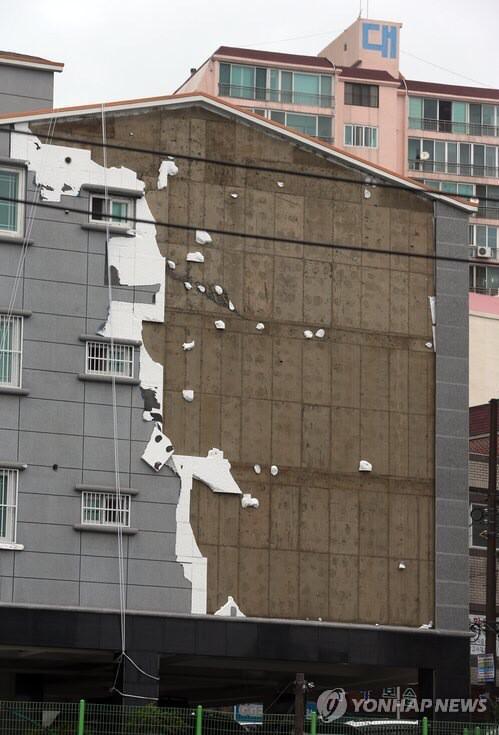 공사비 아낄려고 외부 마감을 단열재위에 뿜칠로 하는 경우가많다. 사진을 보라. 태풍에 벗겨진 건물외벽을...비용이 들더라도 석재마감을 하기를 추천한다. http://t.co/y0sAfxoNEo