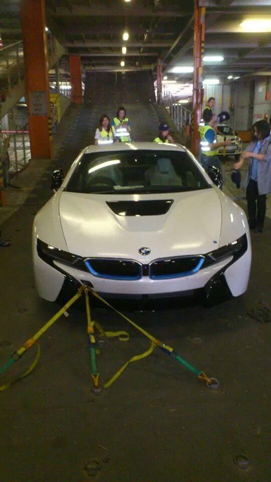BMW i8 สีขาว คันแรก เดินทางมาถึงประเทศไทยแล้ว~ #หล่อสัสเลย http://t.co/cAWYrEOpUT