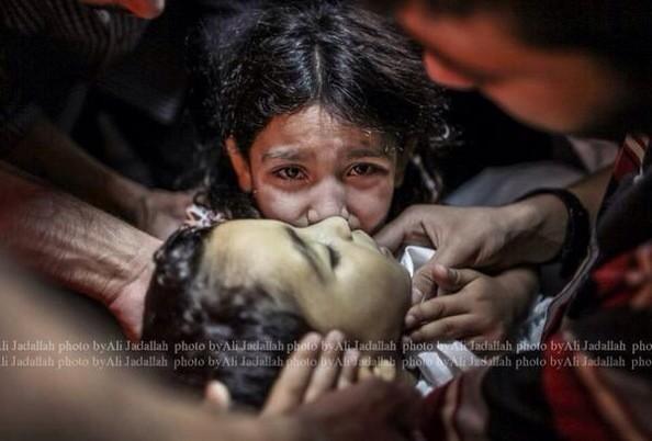 Imposible no llorar! RT Ansam, 9 años,llora a su hermano Sameh,4 años, muerto por ataque israelí #Gaza @jadallah_6 http://t.co/0yYmW03T41
