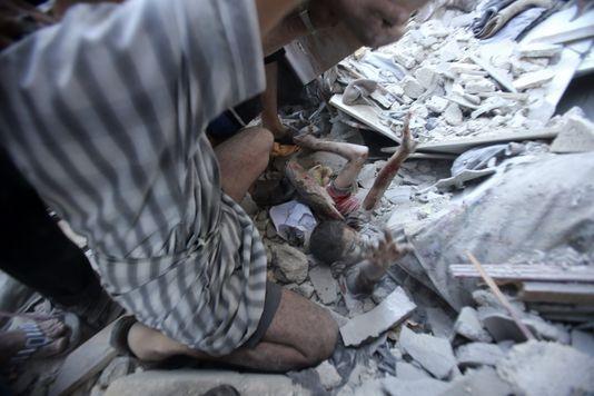 写真は、瓦礫の下から助けを求める、爆撃で破壊された学校に避難していた子供。【ル・モンド】<ガザの学校への爆撃を、国連は「犯罪行為」と断罪。http://t.co/qH2pG3h5vl > http://t.co/IMDOOD7StT