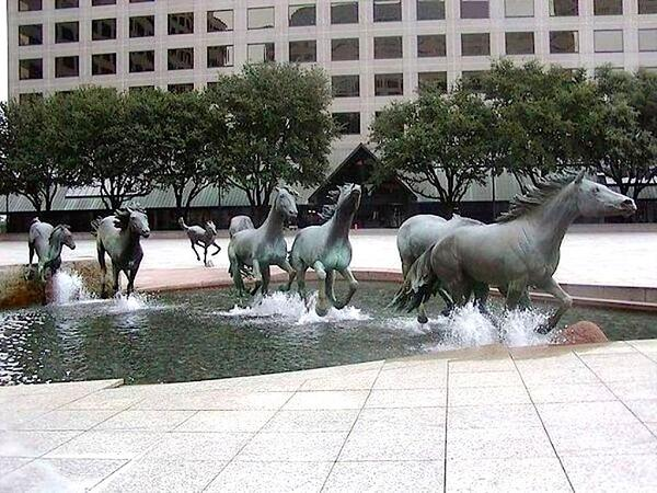 普通の噴水同様に下から水を吹き上げてるだけなのに、彫像のありようでダイナミックな演出効果が出ている。 pic.twitter.com/2dGj1dG015