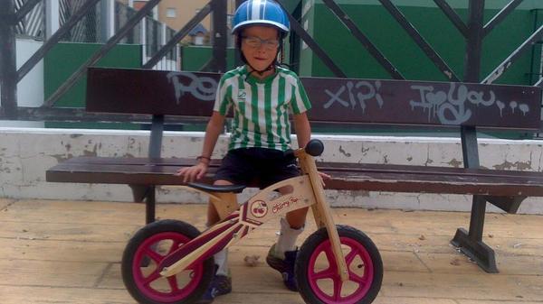 Este pequeño ha perdido su bicicleta en Valdelagrana. La usa  como terapia para su parálisis cerebral. ¡Ayudémosle! http://t.co/jL5YXPSlcI