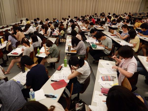 早稲田大学、夏季授業二日目。  大教室、暑いです。 特にブレストの実践パートのなると、人の熱で。  どのブレスト技法にもすぐ順応するあたりは、さすが。 http://t.co/PG3Cw6gJXZ
