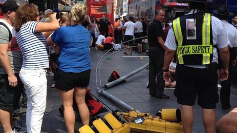 #BREAKING: Double-decker bus crashes in NYC Times Square: http://t.co/QPV0kR6gea http://t.co/SZnptYoQ2V