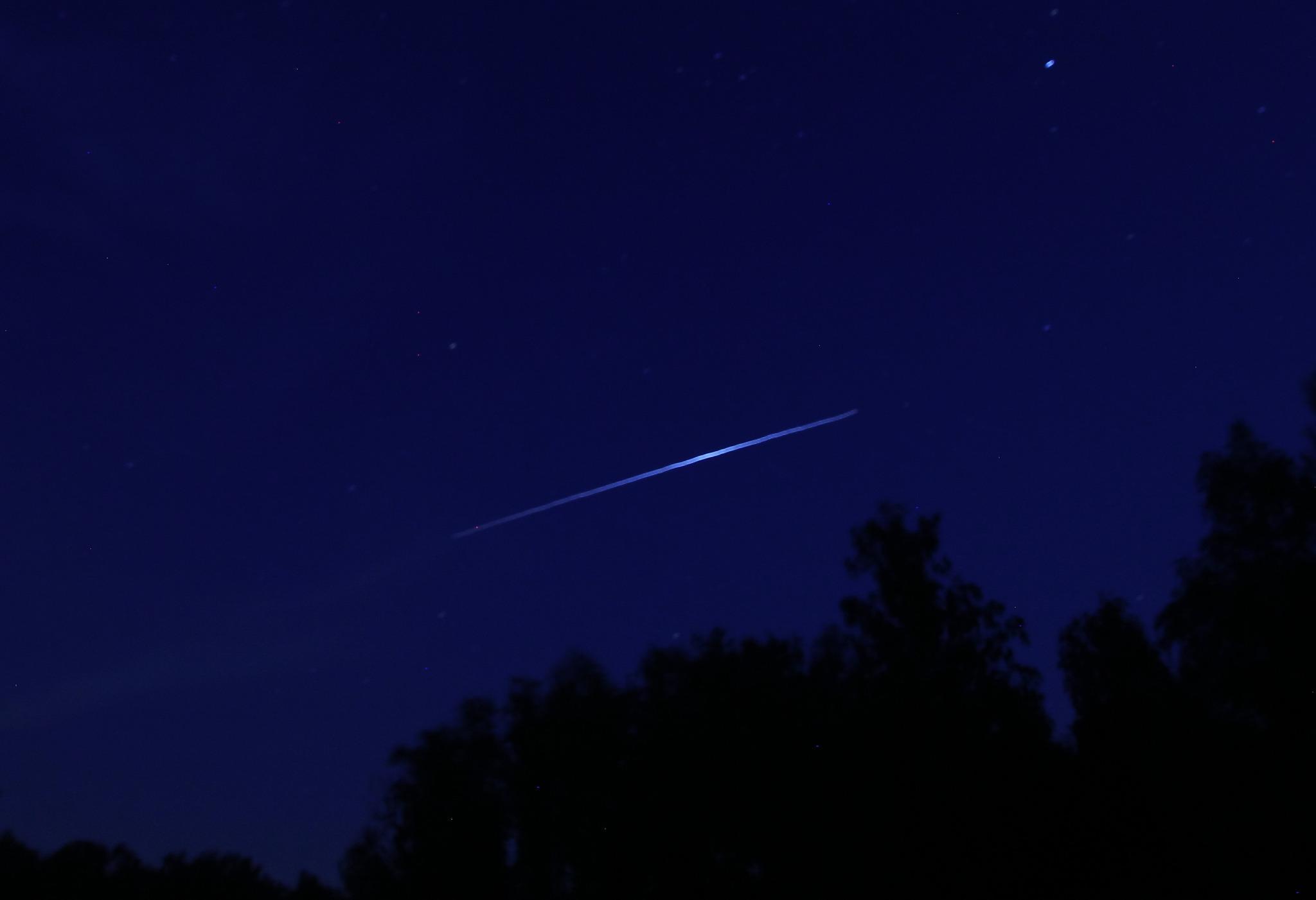 как выглядит спутник с земли ночью фото одно
