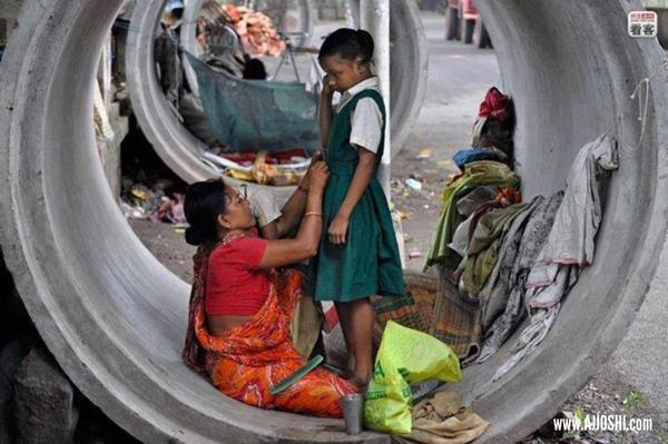 She lives in a drain pipe, but getting ready for school is still important to them, be thankful for everything u have http://t.co/XaWVT0P4X1
