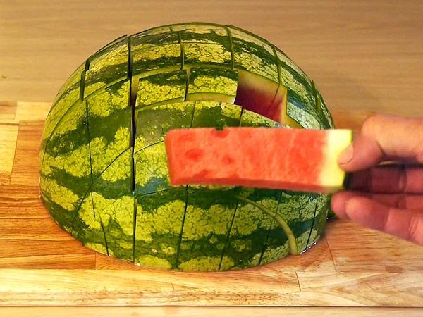 これがアメリカ式「正しいスイカの切り方」らしいです。確かに食べやすいかもね。greatideas.people.com/2014/08/01/how… pic.twitter.com/vwQYlF4qsC