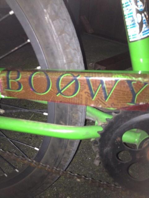 盗られたチャリですが、こんな感じでBOOWYのステッカーを貼ってます!たくさんのリツイートありがとうございます! http://t.co/5C22e0Ortm