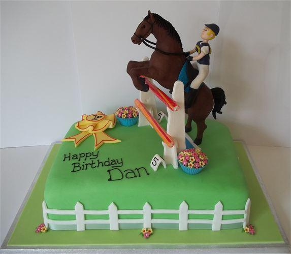 Show jumping cake... the horse is handmade out of chocolate x please rt http://t.co/V4rNSHDZCp
