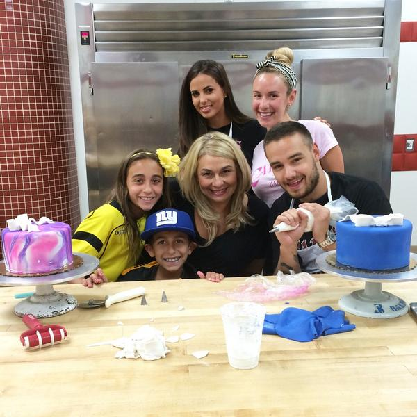Great having @Real_Liam_Payne visit us today! You guys did a great job decorating those cakes! http://t.co/pVQYmp1VuG