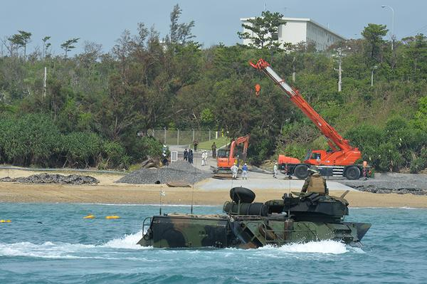 名護市辺野古の海を埋め立て新基地建設が急ピッチで進んでいます。北限のジュゴンの住処が奪われようとしています。辺野古の海を守れと声を上げて下さい。海上保安庁の警備楊ゴムボートのは着浮き桟橋を建設中。海兵隊の演習がはじまった。 http://t.co/EaYYCFPmvV