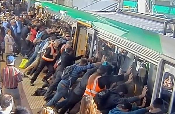 Aussie commuters in Perth tip a train to save a trapped passenger http://t.co/lCmxAeV8ZB http://t.co/YgjUAtPl4W