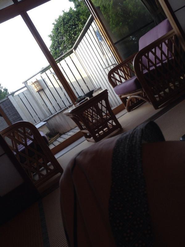 伊東の旅館。足湯とか。 http://t.co/9Bgl8ZFtI4