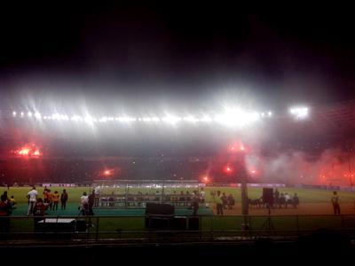 Juventini heboh merakayakan kemenangan Juventus atas ISL All Stars dengan menyaakan banyak flare merah yang menimbulkan asap tebal.