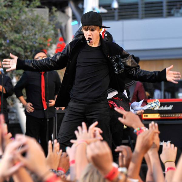 Remember when @JustinBieber performed at the 2010 #VMA and #Beliebers went wild? http://t.co/DC2D1GKCLF #vmatbt http://t.co/afoBh2YV4w