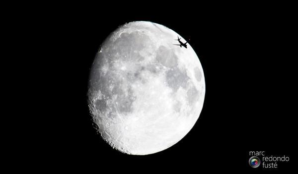 La luna a las 23:45h con un visitante, Boeing 737, volando a 12.000m de altitud. ¡Y ya se ven Perseidas! http://t.co/xXb3IOHS40