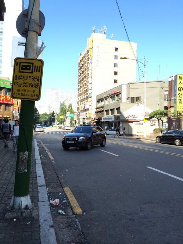 세상에는 별 사람이 다 있구나. 저렇게 도로 한가운데 주차해 놓고 뒷자리에 애 데리고 앉아 담배피고 있다. 운전자는 어디갔는지도 모르겠고. http://t.co/eE7C4QdIRG