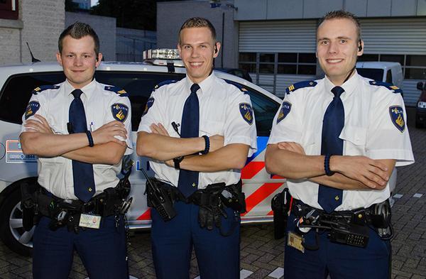 """""""'s Nachts boeven vangen en overdag Bracelets maken"""" Vier agenten maken armbanden voor het goede doel. http://t.co/d5G5GGB4r9"""