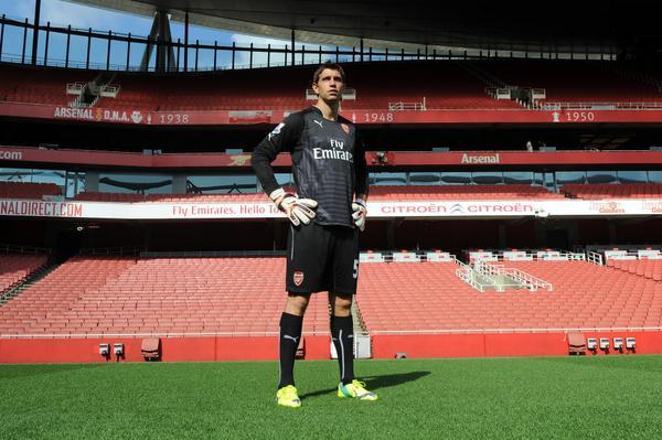 EMILIANO MARTÍNEZ - El portero argentino posa en el Emirates Stadium