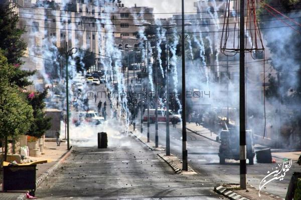 Israeli tear gas fired at youth in clashes in #Bethlehem close to Aida camp today http://t.co/PeNL4r2Qem