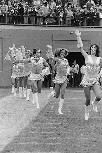 Robin Williams cheerleading for the Denver Broncos, 1980 http://t.co/CxMfCl6uIs