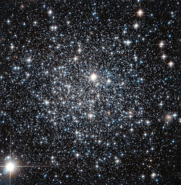 Globular cluster, big balls of old stars around a host galaxy, age revisited: go.nasa.gov/1nApXi7   @NASA_Hubble pic.twitter.com/56LYX0plud