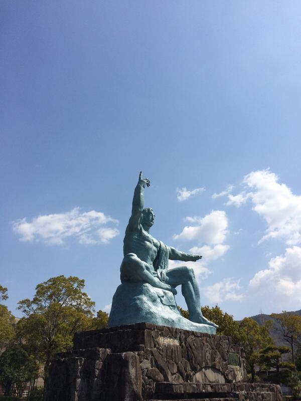 写真は長崎・平和公園の平和祈念像。右手は原爆の脅威を、左手は平和を、右足は原爆投下時の長崎の静けさを、左足は救った命をあらわし、目で犠牲者の冥福を祈っているそうです。 http://t.co/pErDstASgp