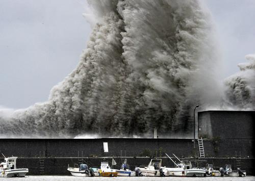 台風11号が近づき、高波が押し寄せる安芸漁港=高知県安芸市 2014年8月9日午後2時14分 http://t.co/fcl2lL2MMw