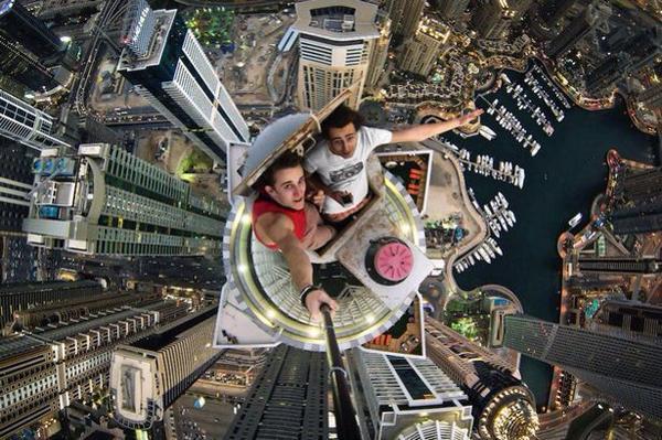 قصة صورة Sur Twitter 8 سيلفي من أعلى قمة برج خليفة في