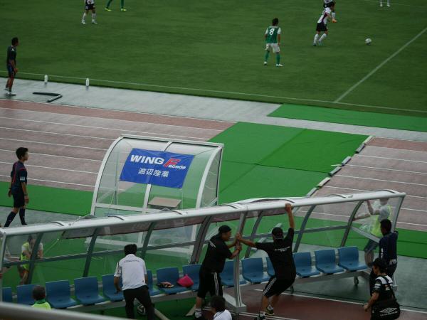強風でまさかのベンチががが! http://t.co/siR4KgDGUo