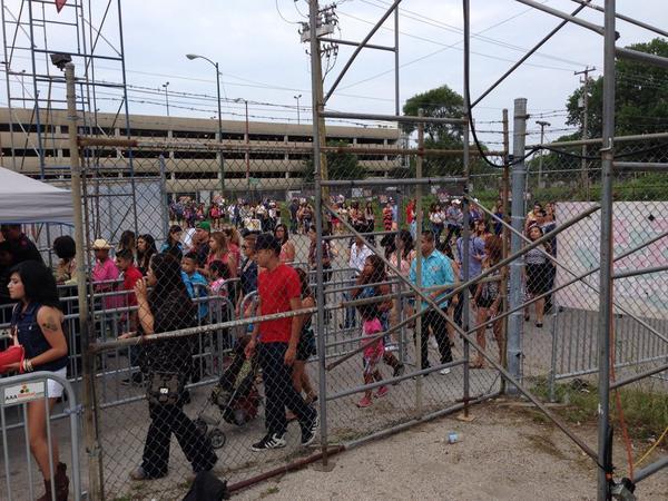 La fila para entrar a #SaboraMexicoChicago en la Garibaldi! Abrimos con @Originallimon para empezar en grande! Ajua! http://t.co/NyjQRVCbe1