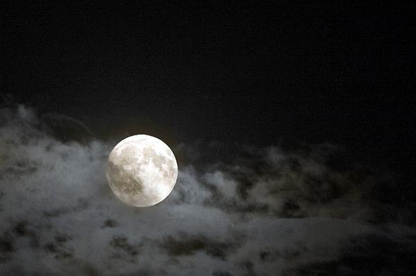 Oh 雨あがりの夜空に輝くWoo… ジンライムのようなお月様大阪は月がとっても綺麗ですただいま満月なう、この後3時9分にスーパームーンです pic.twitter.com/coLHaqZlXM