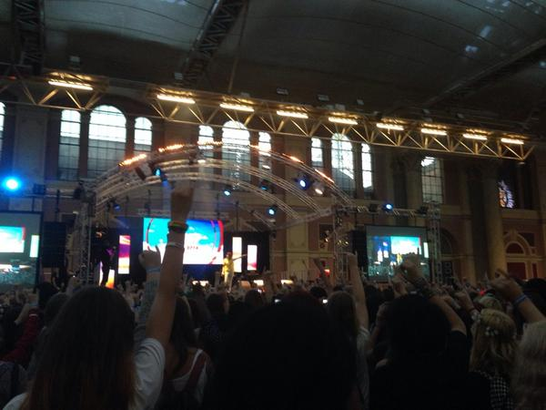 There are so many hopefuls holding up  pinkie fingers for @emmablackery. Lovely moment! #SitC2014 (@CarrieHFletcher) http://t.co/7SVzV4APcY