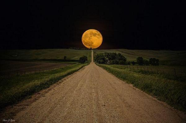 "This is pure arse - moon fell right in place ""@TV_Agent: Super Moon photos coming in. Check this one out. #supermoon http://t.co/TKs78J0ENI"""