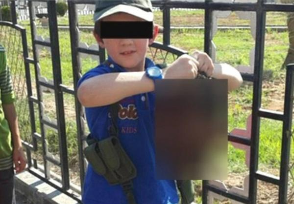 Dschihadisten-Sohn posiert mit abgeschnittenem Kopf