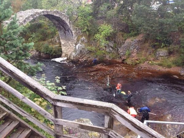 Amazing shots from @highlandweather showing the Old Bridge in Carrbridge, yesterday & then today (in flood)! http://t.co/NlE7NEskLv