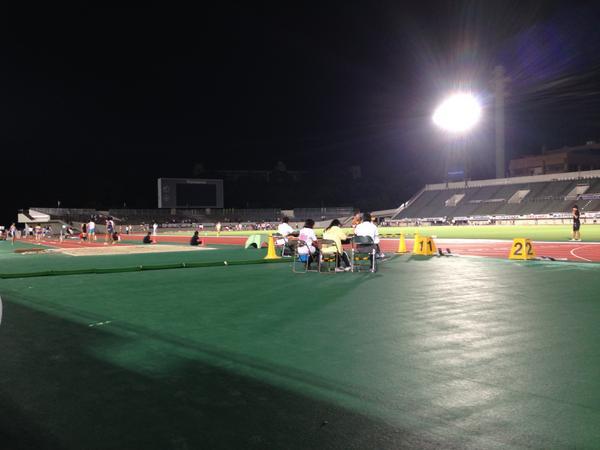 本日は万博競技場に高校生の陸上の大会にトレーナーとして参加をしております。夜の競技場は幻想的。こんなところで走れる選手たちは幸せです。大きなケガがないことを祈ります。 http://t.co/MhXhhQfnxe