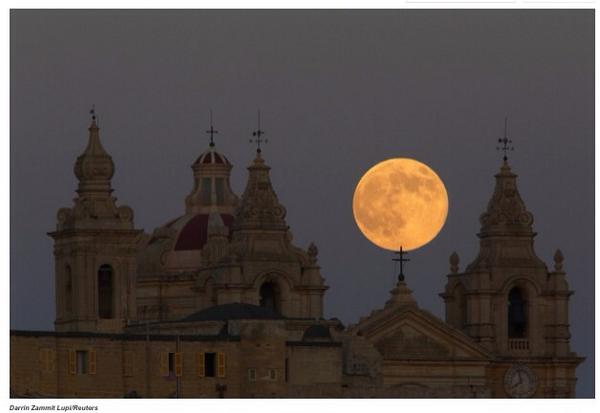 Beautiful photos of last night's super moon from around the world: http://t.co/52KZxieN63 http://t.co/qoU6wOaJ8Y