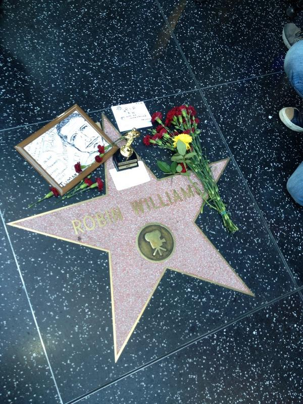 Right now on Hollywood Blvd. #RobinWilliams http://t.co/I6ituFLd7a