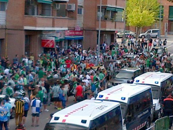 Alrededores de la Nova Creu Alta para el Sabadell-Betis....aunque más bien parezcan los del Benito Villamarín... http://t.co/vSgy12OAQu