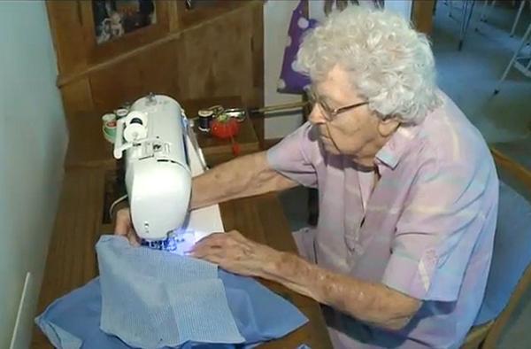 Una anciana de 99 años cose un vestido cada día para las niñas más necesitadas de África http://t.co/uj7X6AdJrb http://t.co/cFTA0xaCQG