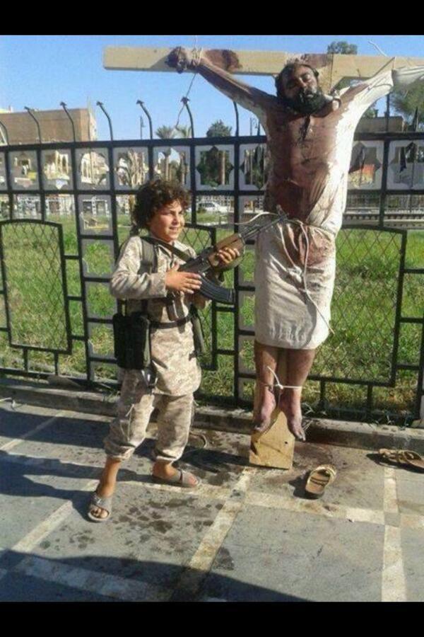 【画像あり】ISISが制圧した空軍基地で早速生首祭りwwww