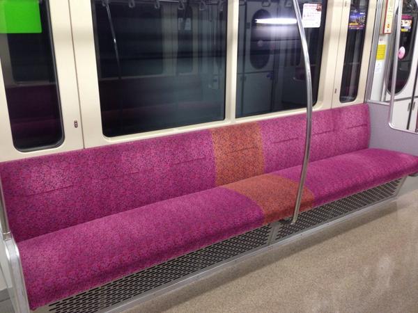これは股にはさむタイプかな RT @ltdexp_81SH: ねぇ、仙台市営地下鉄は7人掛けを諦めてるの…? http://t.co/1nWqx7skSa