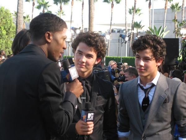 Jonas Brothers being interviewed for MTV VMAs throwback http://t.co/H7Niv7AeGA